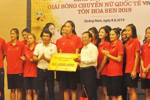 Nhà báo Phan Ngọc Tiến (bên trái) trao 50 triệu đồng của VTV cho đội tuyển Việt Nam. Ảnh: T.V