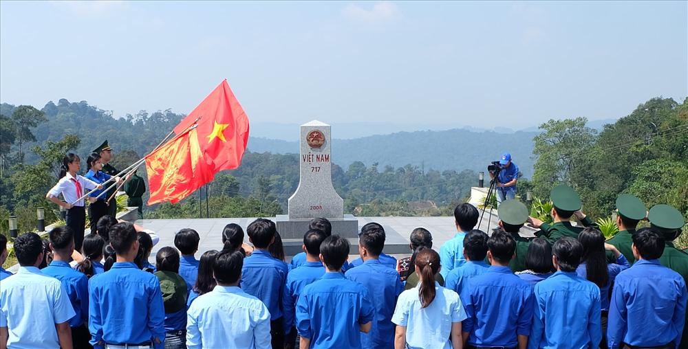 Đoàn viên thanh niên thực hiện nghi thức chào cột mốc biên cương tại Nam Giang. Ảnh: M.L
