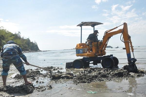 Công ty CP Môi trường đô thị Quảng Nam - chi nhánh Núi Thành điều động phương tiện đến trục vớt rác thải nhựa vùi sâu dưới cát biển. Ảnh: N.Đ