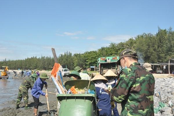 Ước tính trong đợt đầu ra quân có khoảng 70 tấn rác thải nhựa tại bãi biển Tam Hải đã được thu gom, vận chuyển đến nơi xử lý theo đúng quy định. Ảnh: N.Đ