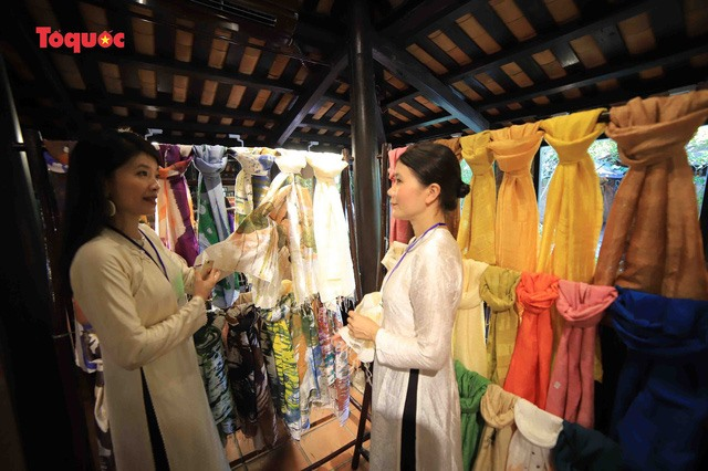 The event aims to honour the culture of traditional silk weaving and introduce Vietnamese silk to the world.