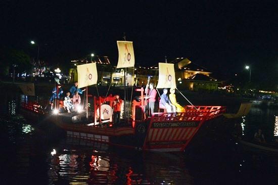 Điểm nhấn của lễ hội năm nay là việc tái hiện đám cưới Công nữ Ngọc Hoa trên sông Hoài. Ảnh: KHÁNH LINH