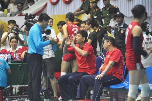 Ban huấn luyện và các cô gái Triều Tiên phản ứng trọng tài, không tiếp tục thi đấu. Ảnh: T.V