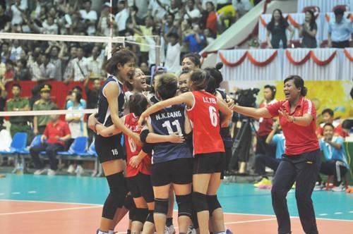 Niềm vui của các cầu thủ và ban huấn luyện đội tuyển Việt Nam sau chiến thắng nghẹt thở trước Triều Tiên. Ảnh: T.V