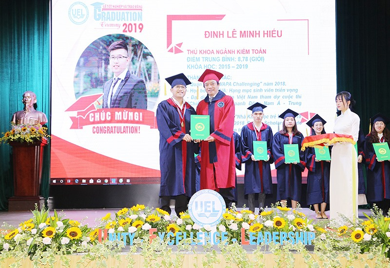 Minh Hiếu tốt nghiệp thủ khoa của ngành tại trường Đại học Kinh tế - Luật. Ảnh: NVCC