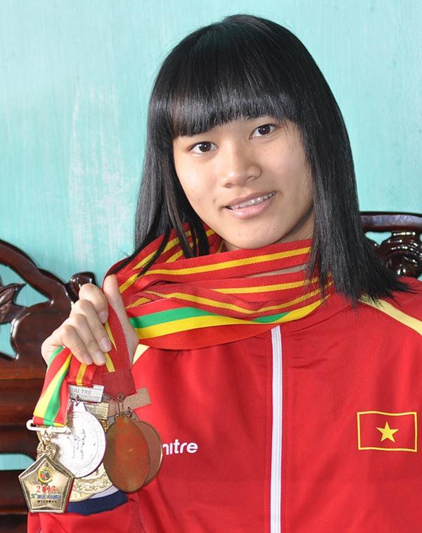 Phạm Thị Thu Hiền và bộ sưu tập huy chương quốc gia và quốc tế. Ảnh: T.V