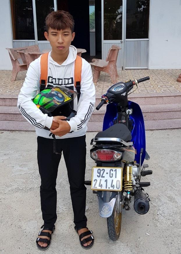 """Đồng Phước Sinh và chiếc xe máy dùng """"biểu diễn"""" trên quốc lộ 1. Ảnh: T.C"""