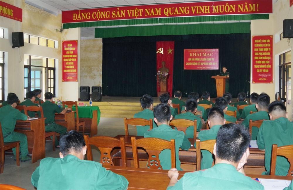 Học viên tham gia lớp bồi dưỡng lý luận chính trị. Ảnh: VINH CHÍN