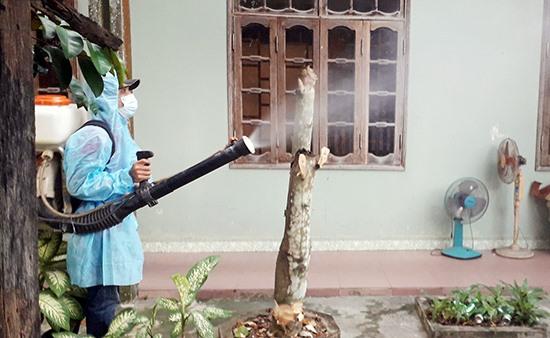 Phun thuốc diệt muỗi tại huyện Nam Giang. (Ảnh: TTYT Nam Giang)