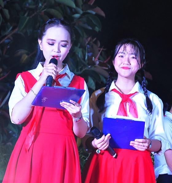 Em Phan Hồ Mỹ Thơ (bên phải) cùng người bạn dẫn chương trình tại Lễ tuyên dương Liên đội trưởng tiêu biểu toàn tỉnh năm học 2018 - 2019. Ảnh: VINH ANH