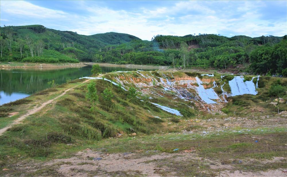 Đê quay hồ chứa nước Hố Lau (thôn Ngọc Tú, xã Tam Dân) xuống cấp nghiêm trọng. Ảnh: THANH THẮNG