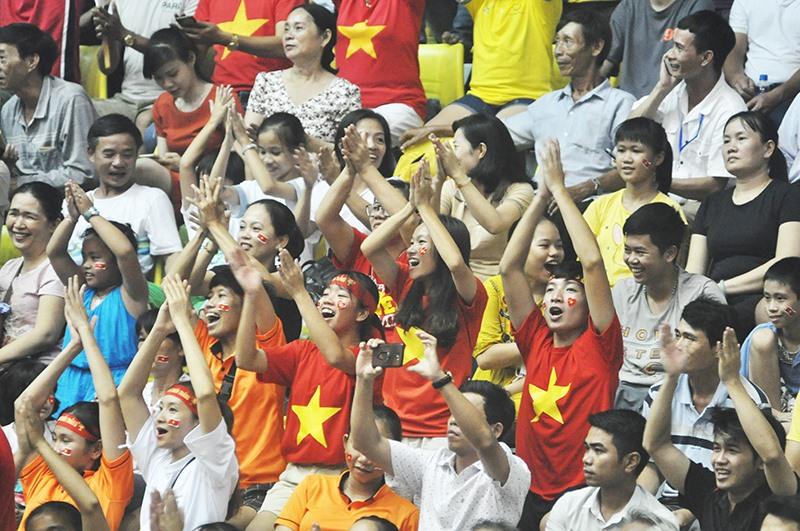 Sự cuồng nhiệt từ khán giả Quảng Nam là một trong những điểm nhấn của VTV Cup 2019. Ảnh: T.V