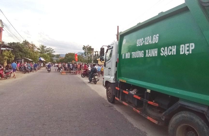 Người dân chặn xe chở rác vào bãi xử lý rác thải Tam Nghĩa chiều 13.8. Ảnh: Đ.Đ