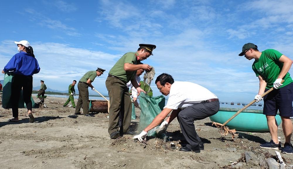 Bãi biển Thuận An (xã Tam Hải) với khối lượng lớn rác cần được làm sạch. Ảnh: M.L