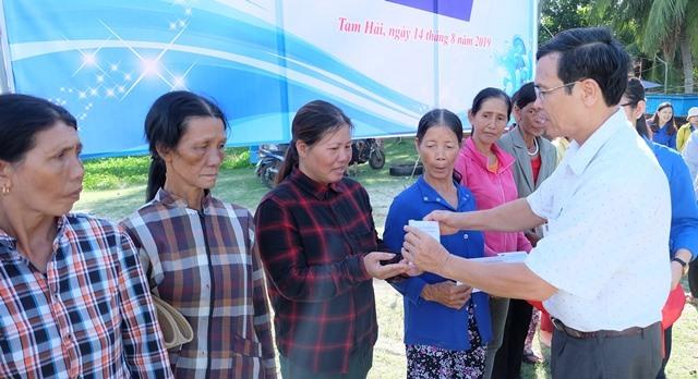 Tỉnh đoàn trao tặng 20 suất quà cho ngư dân xã Tam Hải. Ảnh: M.L