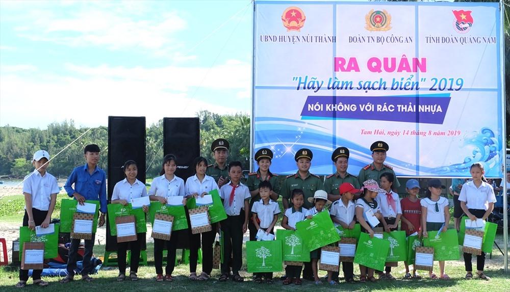 Đoàn Thanh niên Công an các tỉnh - Cụm thi đua số 7 tặng 20 suất quà cho học sinh có hoàn cảnh khó khăn của xã Tam Hải. Ảnh: M.L