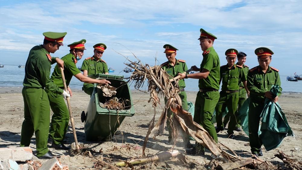 Rác thải bị chôn lấp khá nhiều tại bãi biển Thuận An. Ảnh: M.L