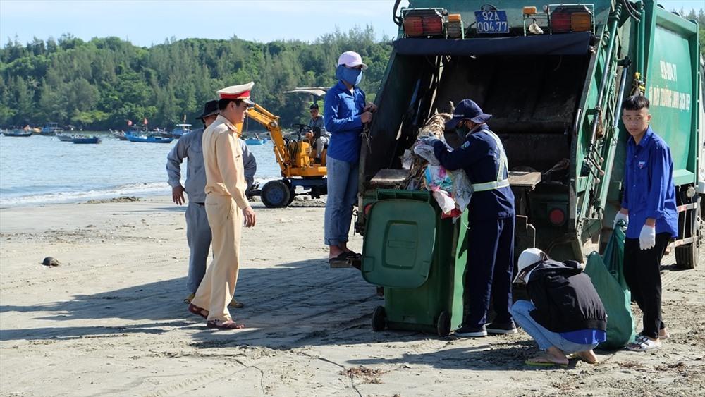 Công ty CP Môi trường đô thị Quảng Nam thu gom rác mang đi xử lý. Ảnh: M.L