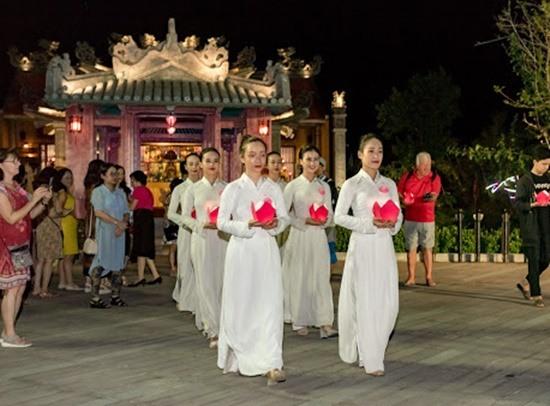 """Sự kiện lễ Vu lan mở đầu cho chuỗi hoạt động tháng 8 với chủ đề """"Về với yêu thương"""". Ảnh: K.L"""