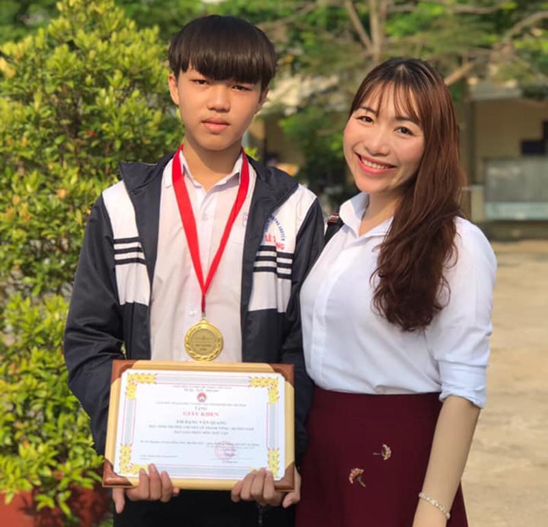 Đặng Văn Quang cùng cô giáo dạy Văn của mình. Ảnh: Q.Đ