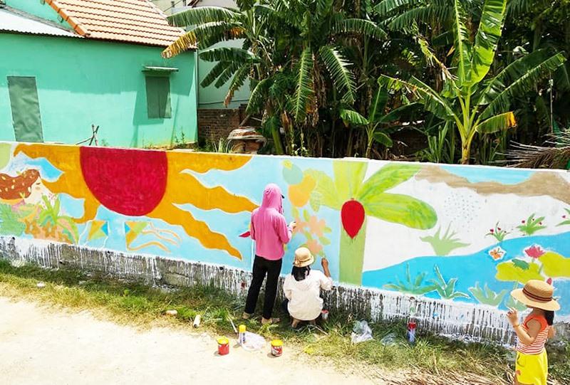 Đoàn viên thanh niên huyện Nông Sơn vẽ tranh bích họa bảo vệ môi trường. Ảnh: Tâm Lê