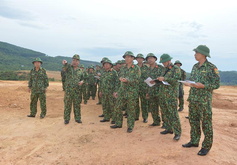 Trung tướng Nguyễn Long Cáng - Tư lệnh Quân khu 5 kiểm tra công tác chuẩn bị cho diễn tập KVPT tỉnh Quảng Nam năm 2019. Ảnh: T.ANH