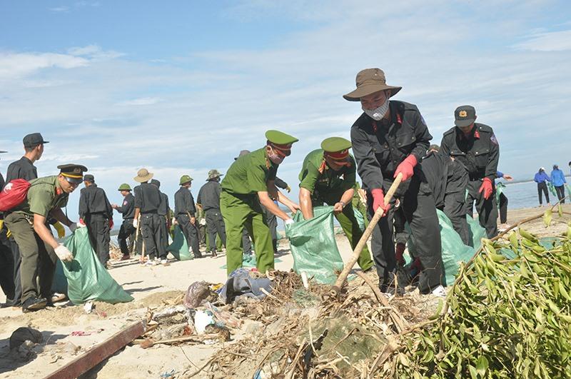 Các lực lượng ra quân thu gom, xử lý rác thải tại bãi Bấc (thôn Thuận An, Tam Hải).Ảnh: N.Đ