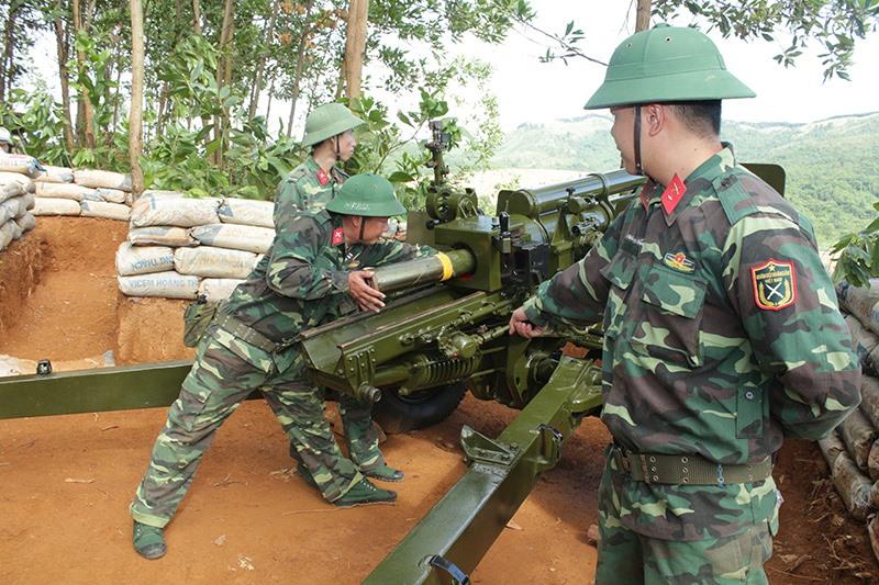 Khẩu đội pháo 105mm dự bị động viên tỉnh luyện tập trên thao trường. Ảnh: D.LÊ