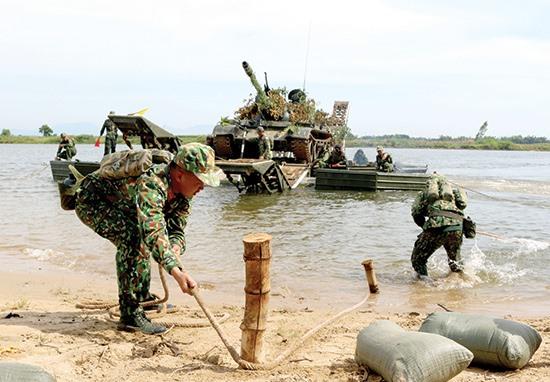 Bộ đội công binh tác nghiệp đưa xe tăng vượt sông Thu Bồn. Ảnh: V.HÙNG