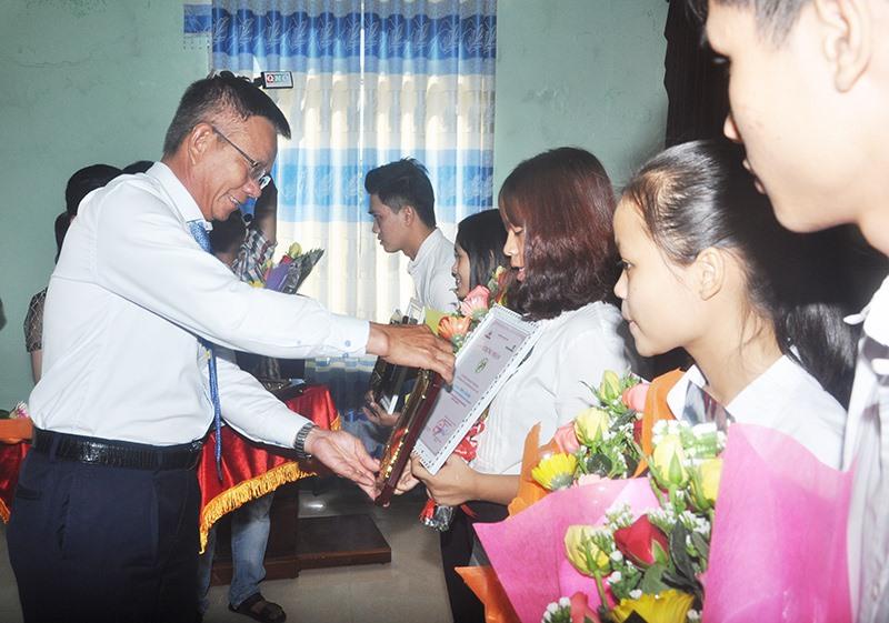 Ông Nguyễn Quang Việt - nguyên Giám đốc Vietcombank - chi nhánh Quảng Nam trao tặng thưởng Quỹ ươm mầm tài năng đất Quảng năm 2017. Ảnh: T.V