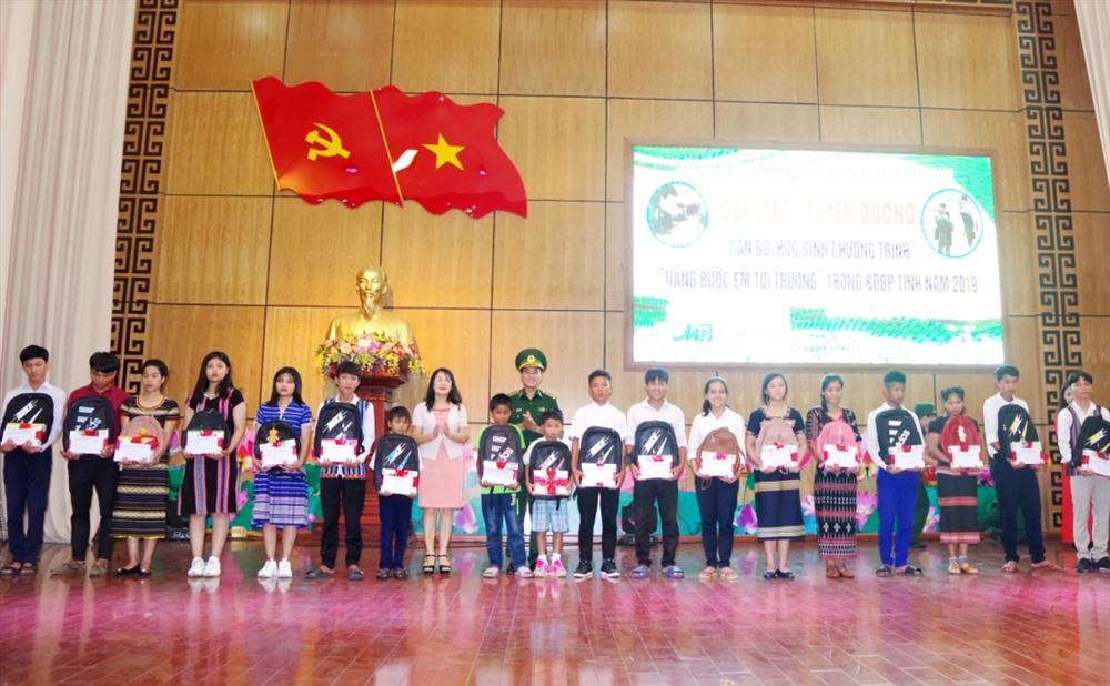 Đại diện lãnh đạo BĐBP tỉnh và Ban Tuyên giáo Tỉnh ủy tặng quà cho học sinh. Ảnh: Đ.Đ