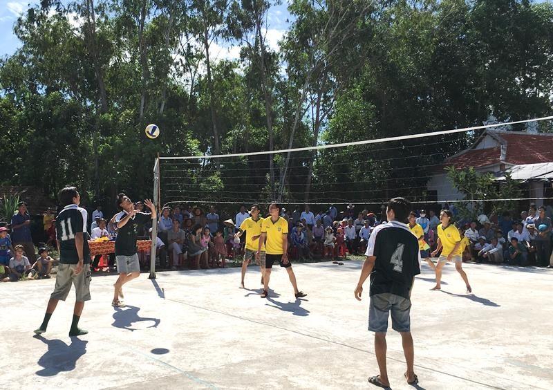Thi đấu bóng chuyền nhân lễ hội đình làng Thành Mỹ. Ảnh: H.C