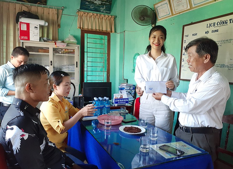 Á hậu 1 Nguyễn Hà Kiều Loan trao số tiền 5 triệu đồng ủng hộ Qũy Khuyến học phường Điện An. Ảnh: G.KHANG