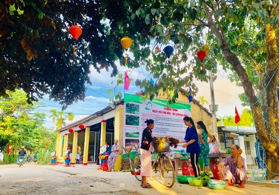 Cảnh mua bán ở làng Đại Bình vào lúc sáng sớm. Ảnh: PHAN VINH