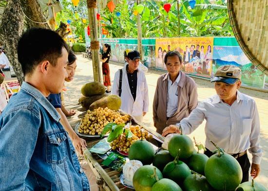 Du khách tham quan gian hàng trưng bày trái cây. Ảnh: PHAN VINH