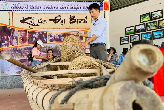 Các dụng cụ sản xuất của người dân Đại Bình cũng được trưng bày, giới thiệu với du khách. Ảnh: PHAN VINH