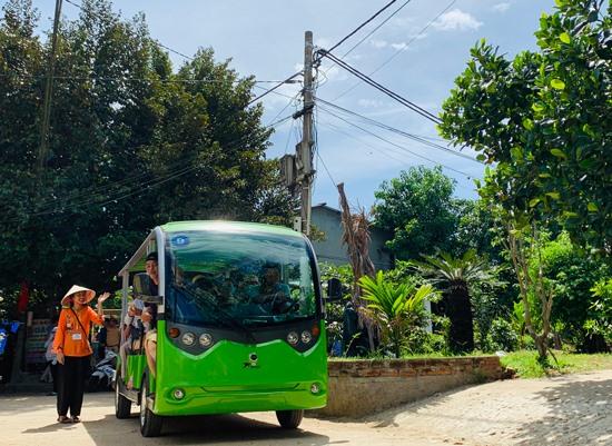Du khách được di chuyển trong làng bằng xe điện. Ảnh: PHAN VINH