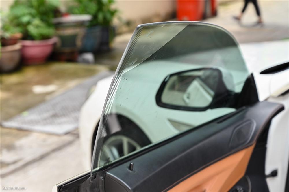 Cửa kính xe hơi được dán phim cách nhiệt loại thường