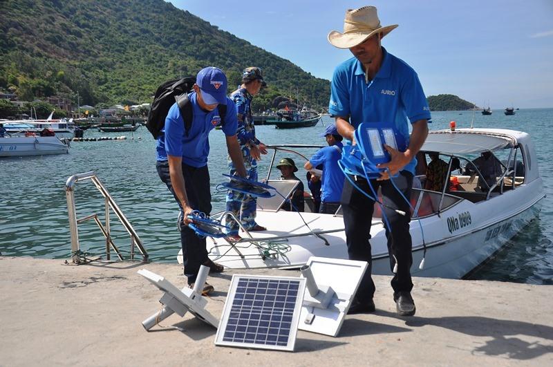 Vận chuyển các bộ phận lắp đặt đèn năng lượng mặt trời lên đảo Cù Lao Chàm. Ảnh: V.ANH