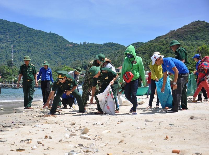 Đoàn tình nguyện tổ chức thu gom rác thải tại bãi biển thôn Bãi Làng. Ảnh: V.ANH