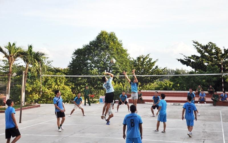 Giao lưu bóng chuyền cùng các chiến sĩ đảo Cù Lao Chàm. Ảnh: V.ANH