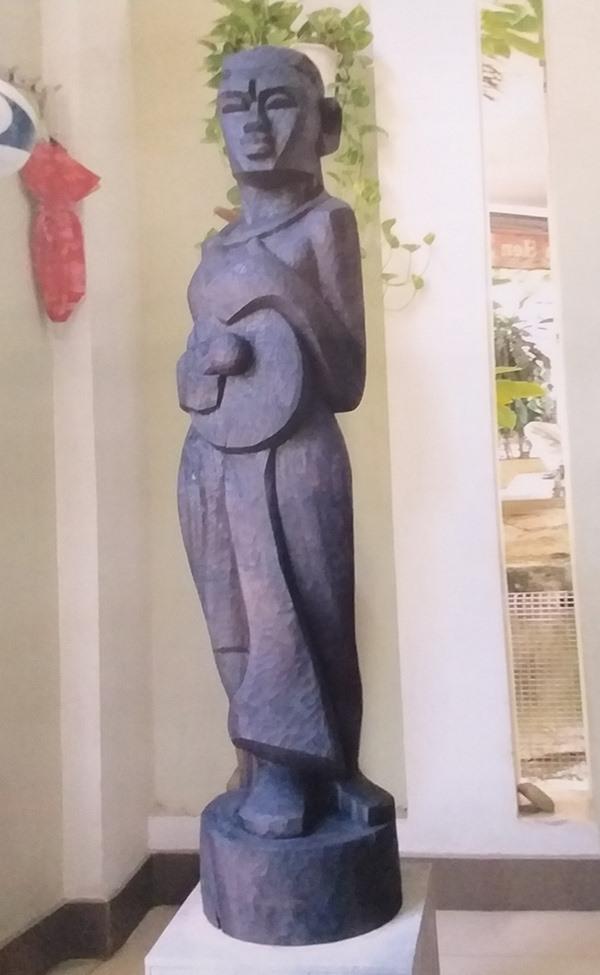 """""""Vào hội 2"""" - tác phẩm tham dự giải thưởng VHNT Đất Quảng lần III của nhà điêu khắc Nguyễn Văn Hàm."""