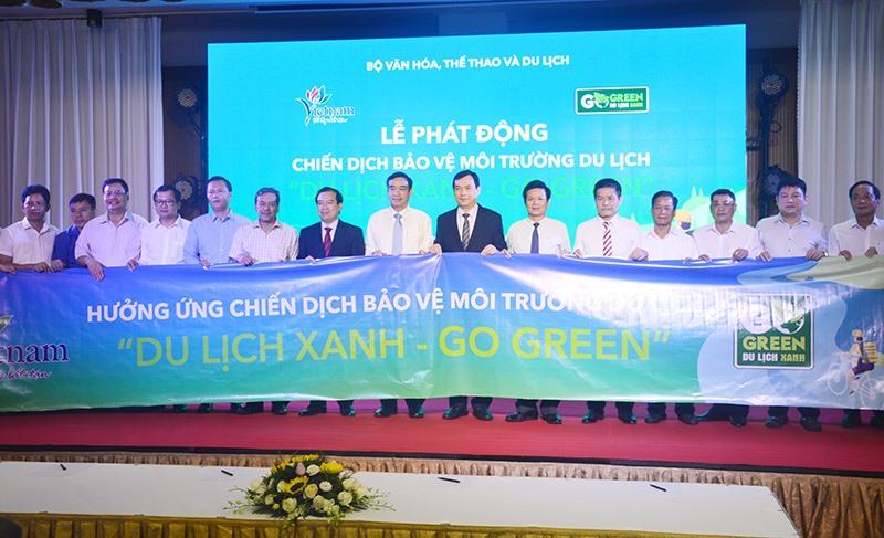 """Các đại biểu tham dự hội nghị thực hiện phát động chiến dịch bảo vệ môi trường du lịch """"Du lịch xanh - Go Green"""". Ảnh: Q.T"""