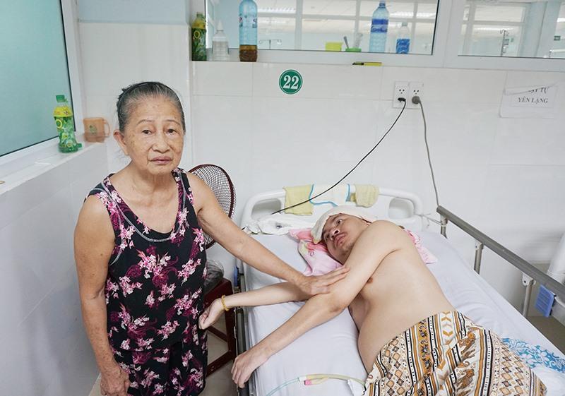 Bà Phan Thị Xí nuôi con trai là anh Nguyễn Vinh suốt hơn 14 năm qua. Ảnh: N.TRANG