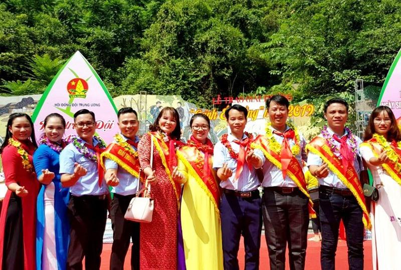 """Cô Thái Thị Kim Thúy (thứ 5 từ trái qua) cùng các giáo viên tổng phụ trách đội vinh dự nhận giải thưởng """"Cánh én hồng"""" năm 2019. (Ảnh: nhân vật cung cấp)"""