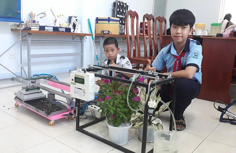 Máy sấy nông sản và máy tự động tưới cây hoa, rau của hai anh em Đào Nguyên Tuấn, Đào Nguyên Khang. Một trong những sản phẩm, mô hình ấn tượng. Ảnh: PHÚC HOÀNG