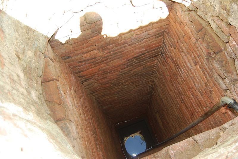 Giếng Chăm ở sát hè nhà ông Trần Hưng Thành (xã Tam Xuân 1, Núi Thành). Ảnh: HOÀNG MINH