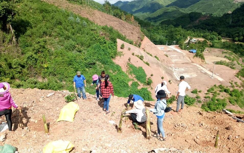 Trồng hơn 2.000 cây keo, chuối, mít, lòn bon… tại khu tái định cư A Chôm. Ảnh: M.L