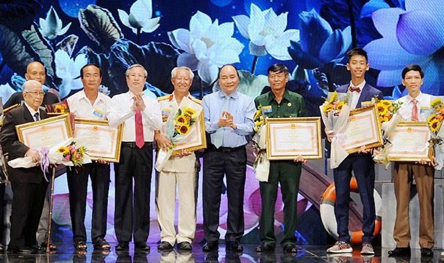 Thủ tướng Nguyễn Xuân Phúc và đồng chí Trần Quốc Vượng, Ủy viên Bộ Chính trị, Thường trực Ban Bí thư trao Bằng khen tặng các cá nhân, tập thể điển hình tiêu biểu.
