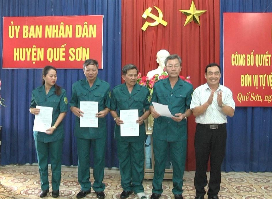 Trao quyết định bổ nhiệm cán bộ Trung đội tự vệ ngành y tế huyện Quế Sơn. Ảnh: D.T